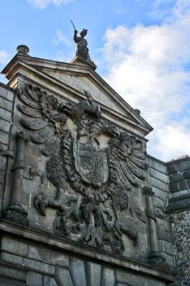 Escudo relieve heráldico piedra Puerta Bisagra Toledo