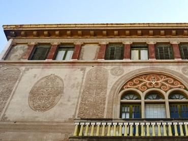 Fachada mosaicos balcón frisos modernismo Casa Gasull Reus