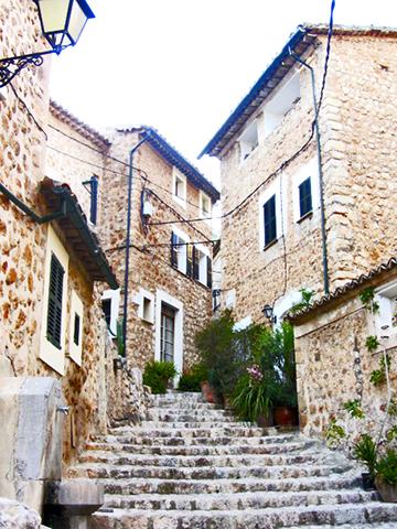 Calles empedradas viviendas centro tradicional Fronalutx Mallorca