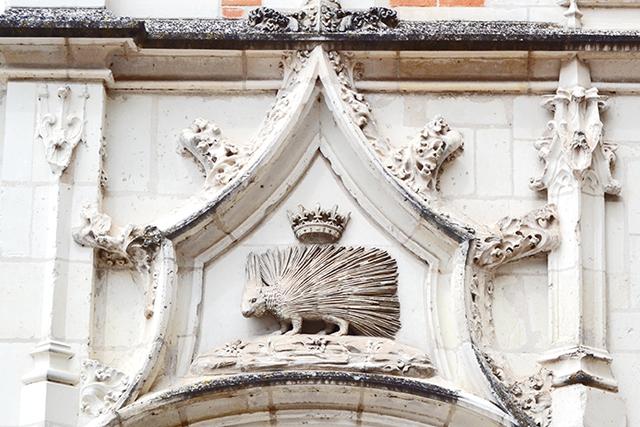 Símbolo puercoespín relieve piedra escudo Orleans castillo Blois
