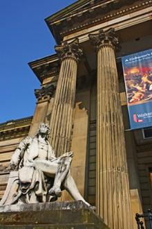 Entrada estatua columnas corintias Walker Art Gallery Liverpool