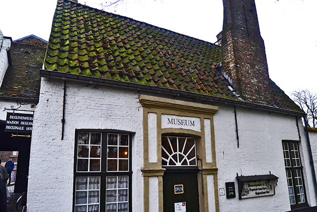Fachada blanca casa museo Brujas