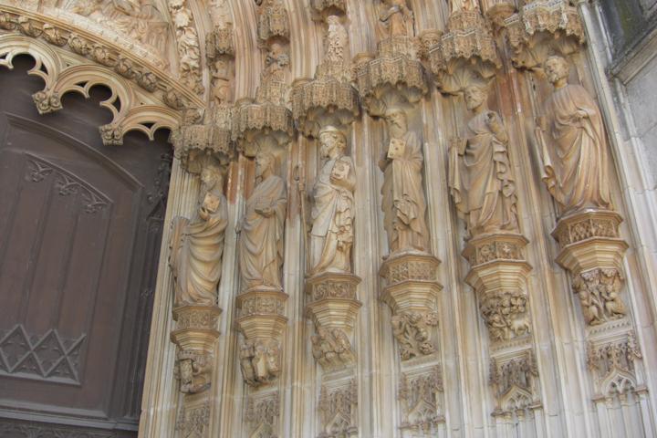 Portada apóstoles piedra Monasterio de Batalha