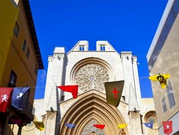 Calle mayor banderas fachada Catedral Santa Tecla Tarragona