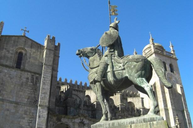 Estatua caballo Vimara Peres Catedral Oporto