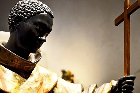 Escultura sacerdote negro exorcismo Valladolid
