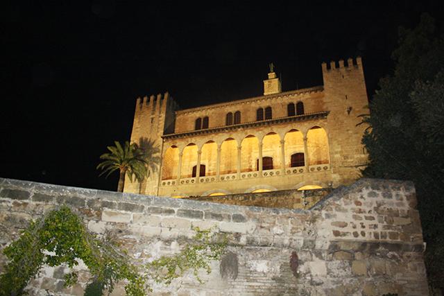 Exterior del Palau de lAlmudaina a la nit de la tardor mallorquina