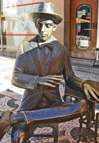 Estatua Fernando Pessoa Café a Brasileiria