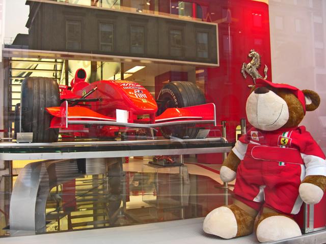 Escaparate tienda Ferrari piazza Liberty Milán