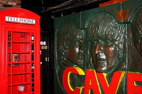 Mural Beatles cabina teléfonos roja interior The Cavern pub Liverpool
