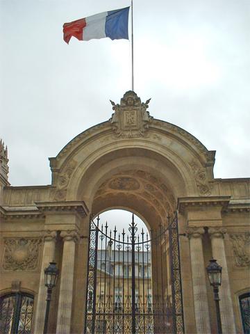 Fachada residencia bandera Francia Francois Miterrand centro histórico París