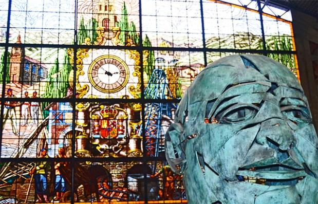 Vidriera colorista Geltokia Abandoko busto Indalecio Prieto Estación Abando Bilbao
