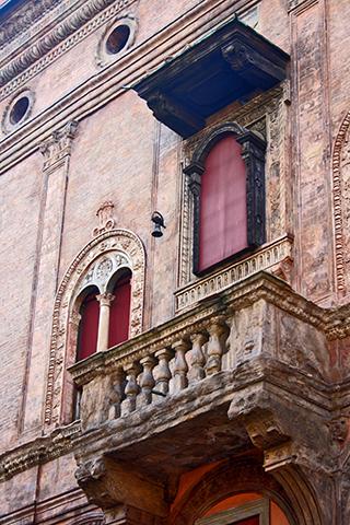 Balcón renacentista fachada casa Bolonia