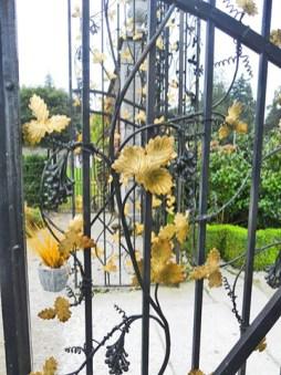 Puerta verja hojas árboles oro jardines Powerscourt Irlanda