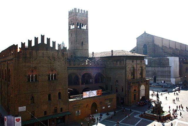Fachada gótica Basilica di San Petronio Palazzo Re Enzo Piazza Maggiore Bolonia