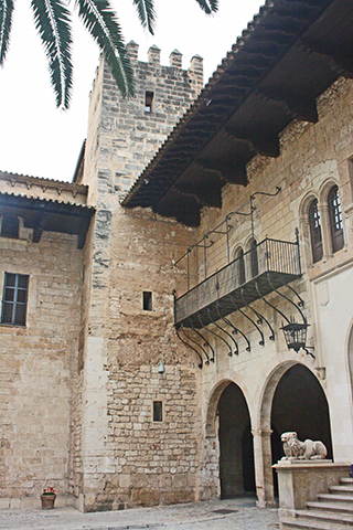 Guardia i pati interior de Palau de lAlmudaina