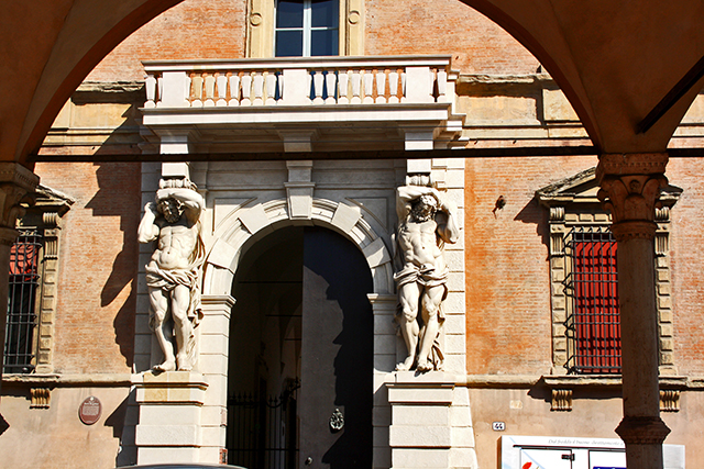 Esculturas hombres músculos columnas Palazzo Davia Bargellini Vía Zamboni Bolonia