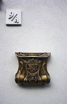 Buzón correos dorado calle Buda