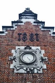 Reloj fachada Halles Saint-Gery estilo neorrenacentista Bruselas
