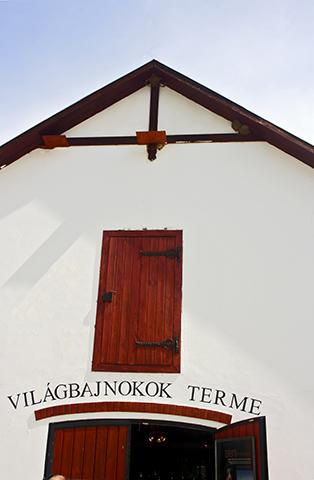 Fachada entrada establo hermanos Lazar gran llanura Hungría