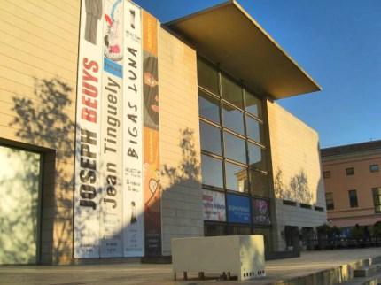 IVAM Institut Valencia dArt Modern ideat per Kazuyo Sejima al carrer Guillem de Castro