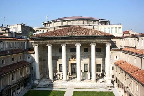 Fachada principal columnas friso Museo de la Piedra centro histórico Verona