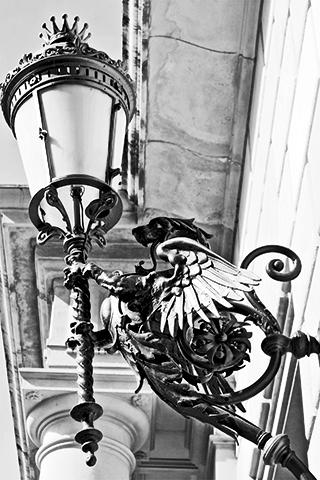 Dragón modernismo farol casa Art Nouveau Reus Tarragona blanco y negro