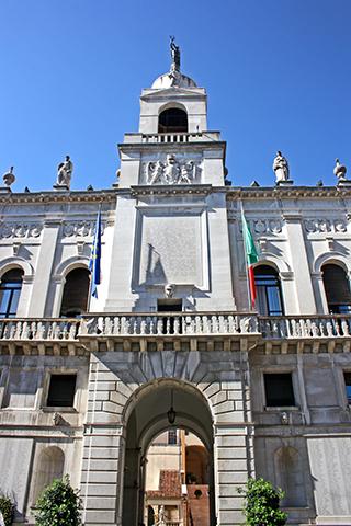 Fachada edificio municipal vía O febrero Padua