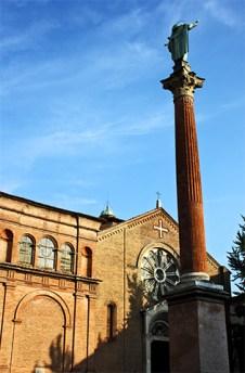 Columna escultura plaza Iglesia San Domenico Bolonia