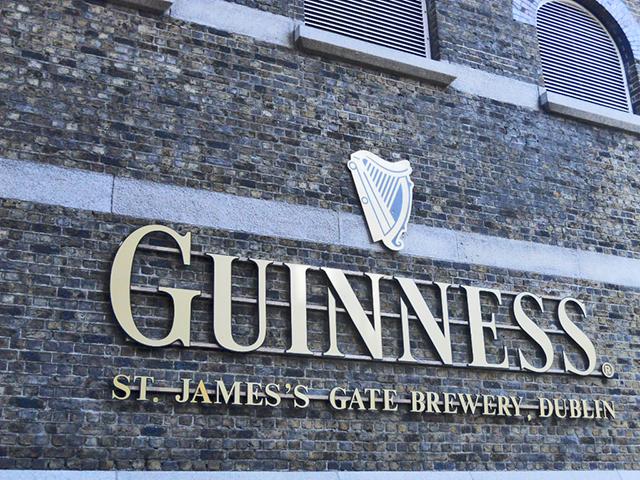 Letras fachada ladrillo Guinness Storehouse Dublín