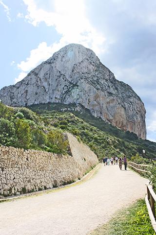 Sendero subida silueta imponente Peñón Ifach Calpe Alicante