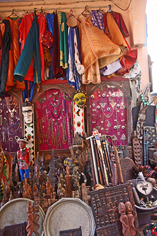 Tienda pieles recuerdos africanos Essaouira Marruecos