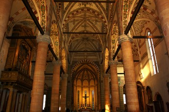 Interior columnas altar Iglesia San Giorgio in Bradia Verona