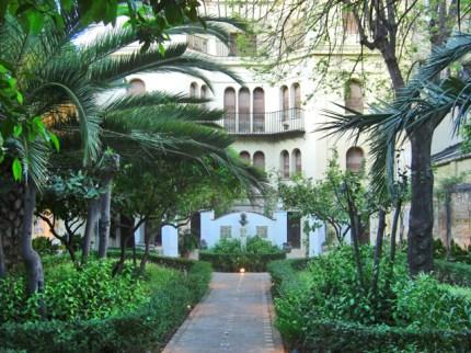 Jardins i rajoles en la part darrera de la Casa-Museu del pintor Jose Benlliure Gil