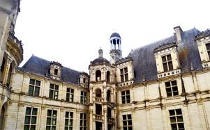 Escalera caracol patio interior piedra estancias ventanas castillo Chambord