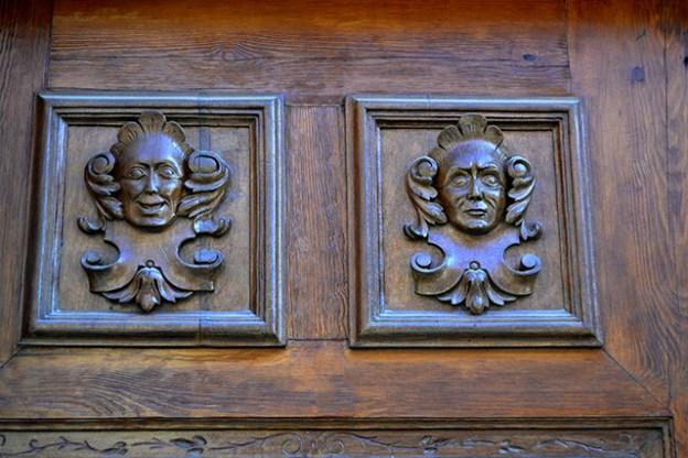 Figuras modernistas puerta madera Art Nouveau Valladolid