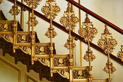Detalle decoración hierro forjado dorado escalera interior Palacio barroco Oldenburg