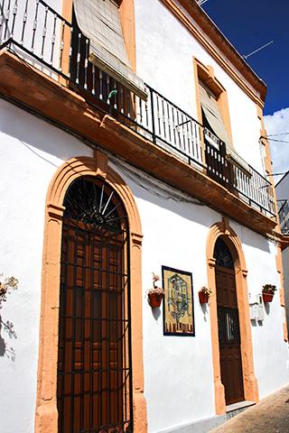 Fachada blanca típico barrio andaluz Níjar Almería