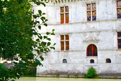 Fachada sur piedra ventanas castillo Azay-le-Rideau lago