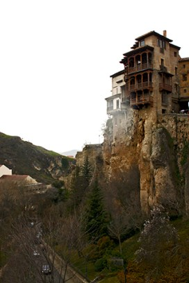 La forma de las rocas y casas en equilibrio imponen