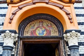 Mosaico entrada iglesia ortodoxa Brasov Rumanía