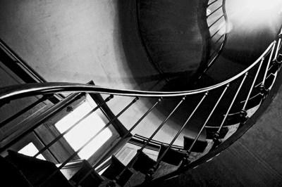 Vistas dinámicas escalera espiral interior castillo Azay Le Rideau blanco y negro