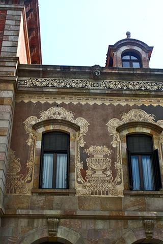 Fachada mosaicos ventanas Parlamento Cataluña Barcelona