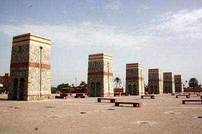 Torres piedra hilera cerca estación autobús Marrakech