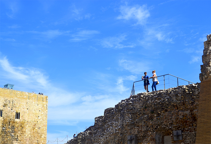 Turistas viendo ruinas Torre Monges Tarragona