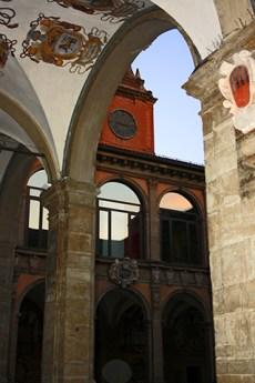 Soportal escudos techo patio Universidad Palazzo dell Archiginnasio Bolonia