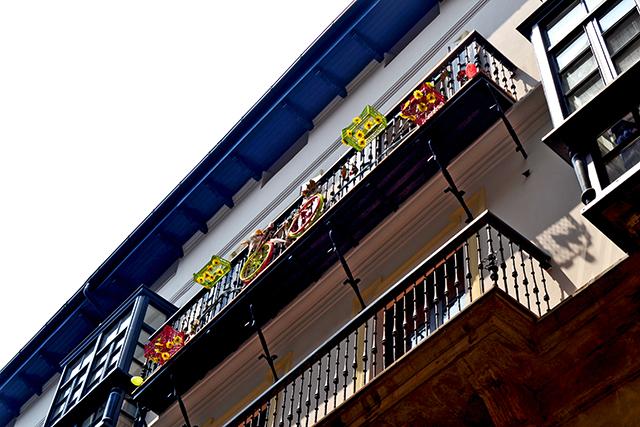 Balcones decoración flores color bicicleta Casco Viejo Bilbao