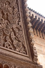 Versos Corán celosías pared madrasa Marrakech