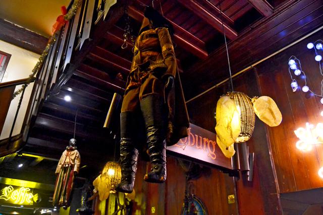 Marionetas colgando interior Le Roi d'Espagne Grand Place Bruselas