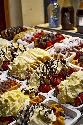 Gofres rellenos helado frutas calle Bruselas